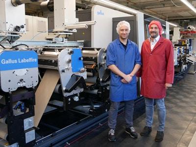 Neue Gallus Labelfire mit Low-Migration Ausstattung bei der Schelling AG: Tobias Grolimund (links) und Marcel Häsler (rechts) von Birkhäuser+GBC AG ziehen ein positives Fazit nach dem erfolgreichen Feldtest auf der Digitaldruckmaschine (Bildquelle: Gallus Ferd. Rüesch AG)