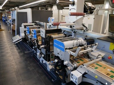 Seit Juli 2020 kann die Schelling AG in Reinach, Schweiz auf der hybriden Druckmaschine Gallus Labelfire Low-Migration-konforme Applikation für den Food- und den Pharma-Bereich produzieren (Bildquelle: Gallus Ferd. Rüesch AG)