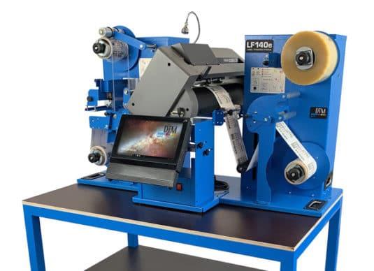 Der DTM LF140e ist ein kompaktes System für eine Etiketten-Weiterverarbeitung vor Ort (Quelle: DTM Print)