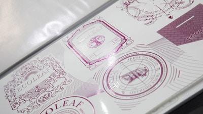 Zweifarbiges Etikett mit Silber Vordruck plus Magenta (Quelle: Actega)