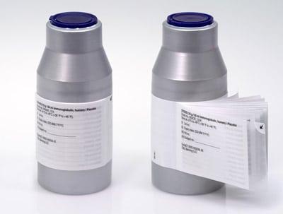 Die Kombination aus Flexi-Cap und Booklet-Label verblindet das Vial und bietet ausreichend Platz für Produktinformationen in mehreren Sprachen (Quelle: Schreiner Group)