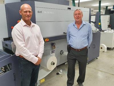 Keith Forster, Inhaber und Geschäftsführer des Familienunternehmens Colorscan (l.) und Peter Bray, Geschäftsführer von Durst UK & Irland, vor der neuen Durst Tau 330 RSC E (Quelle: Durst)