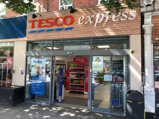 Covid19 fordert besondere Maßnahmen - Tesco, Großbritanniens führender Supermarkt, verkürzt die Zahlungsfristen für Kleinunternehmen auf fünf Tage (Quelle: Adrian Tippets)