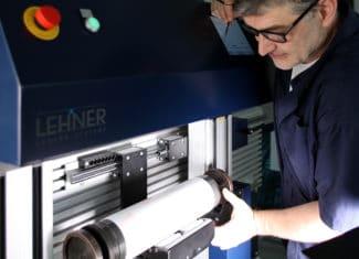 Techniker bei der Montage des Sleeves am Montageautomat FlexoMatrix von Lehner Senosr Systeme (Quelle: Lehner)