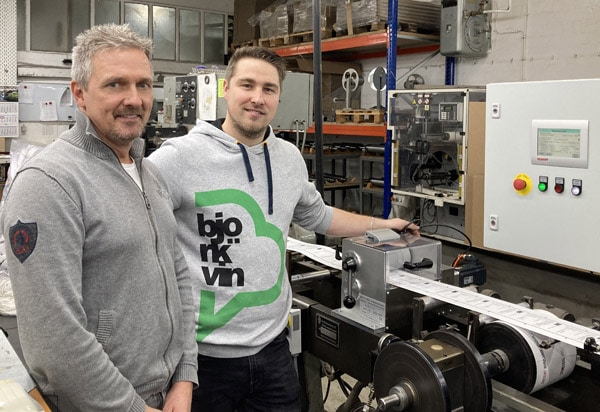 B&T-Tec-Geschäftsführer Peer Boysen (l.) und S.E.N.-Geschäftsführer Sascha Schwarz sind zufrieden mit dem gemeinsamen Projekt Buchdruckmaschine (Quelle: B&T Tec)