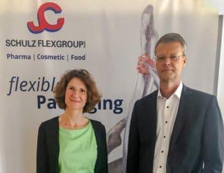 Cordula Schulz (l.), Flexgroup und Dietrich Mägerlein, MC-Line arbeiten gemeinsam, um den Kunden digital gedruckte Kleinauflagen zu liefern (Quelle: MC Line)