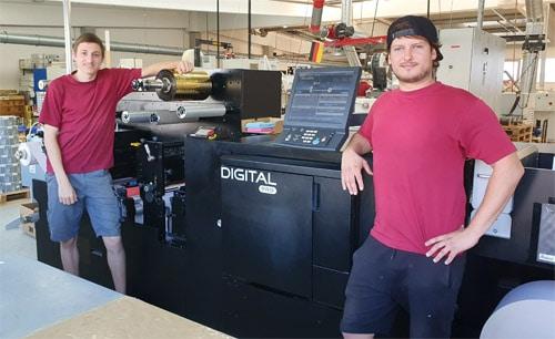 Die Drucker bei Herzog Etiketten, Jonas Hauck (l.) und Thomas Pfeiffer posieren neben der neuesten Digital Pro 3 des Unternehmens (Quelle: Mark Andy)