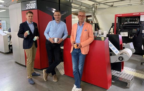 V.l.: Michał Kuczkowski (Sales Manager Xeikon), Sławomir Góral (Managing Director in Laboprint) und Krzysztof Fryc (President of Laboprint) vor der Xeikon 3500 (Quelle: Xeikon)