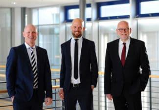 Dr. Guido Spachtholz (Bildmitte) löst bei Herma am 1. März 2021 Dr. Thomas Baumgärtner (r.) als Geschäftsführer und Leiter des Ge¬schäftsbereichs Haft¬material sowie der Vorsitzende der Geschäftsführung Sven Schneller (l.) (Quelle: Herma)