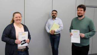 Marco Dieling (Mitte), Betriebsratsvorsitzender von Faubel und Abteilungsleiter der Produktentwicklung, ehrte Helena Martens und Max Deiß für ihre Datenbank, die abteilungsübergreifend Arbeitszeit einspart und Prozesse vereinfacht (Quelle: Faubel)