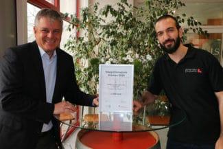 Frank Neumann (l.), Geschäftsführer der Achertäler Druckerei, und der Auszubildende im Bereich Mediengestaltung, Somar Albeiruti nahmen mit Freude den Integrationspreis 2020 entgegen (Quelle: Achertäler)