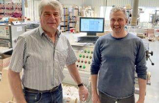 Geschäftsführer Michael Heinemann (l.) und Peer Boysen, B&T Tec, vor der überarbeiteten Maschine (Quelle: B&T Tec)