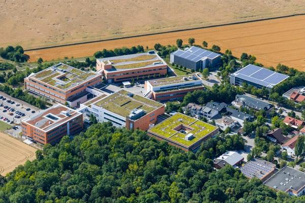 Das Luftbild der Schreiner Group verdeutlicht nicht nur die derzeitige Größe sondern auch die umweltorientierte Ausrichtung (Quelle: Schreiner Group)
