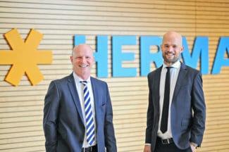Die Herma-Geschäftsführer Sven Schneller (links) und Dr. Guido Spachtholz sind mit den Zahlen für das Geschäftsjahr 2020 sehr zufrieden (Quelle: Herma)