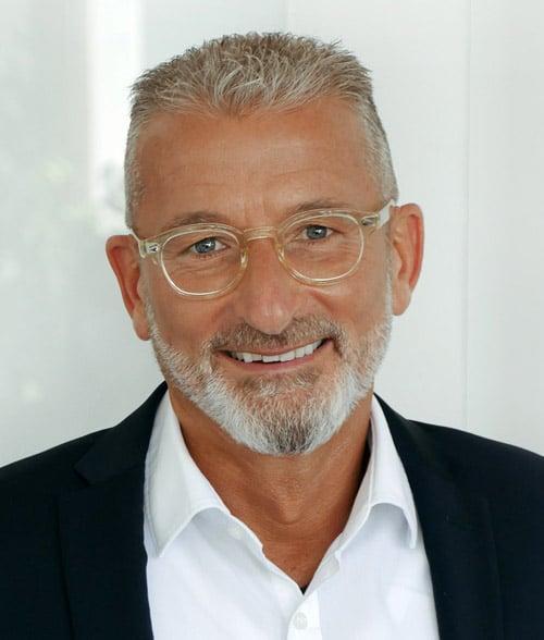 Klaus Dargahi, Geschäftsführer smart-TEC, engagiert sich zusammen mit der Hichschule München für den Austausch zwischen Industrie und Studierenden (Quelle: Rathgeber-Gruppe)