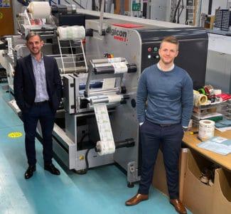 Nathan Williams (r.), Betriebsleiter bei Limpet Labels und Ross Holloway, Business Development Manager bei ABG sind erfreut über die erfolgreiche Zusammenarbeit (Quelle: ABG)