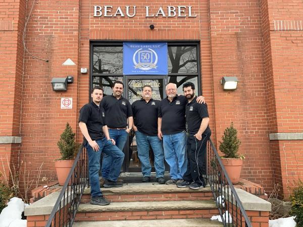"""Vincent Melapioni (mitte), Präsident von Beau Label und sein Team: """"Die PicoJet bietet alles was wir bei einer Digitaldruckmaschine brauchen."""" (Quelle: Dantex)"""