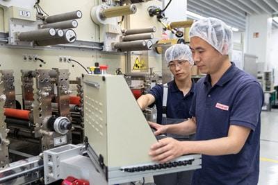 Die Produktion in China orientiert sich an deutschen Maßnahmen bezüglich Qualität und maschineller Ausstattung (Quelle: Schreiner Group)