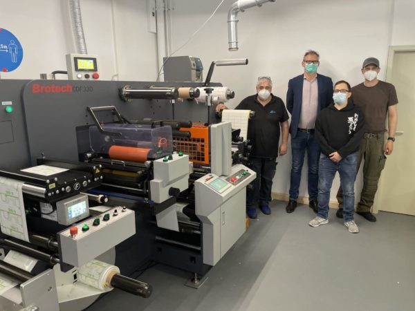 PrintsPaul-Geschäftsführer Paul Arndt (2.v.l.) und das MyLabels-Team konnten die neue Brotech CDF 330 in der 16. KW erfolgreich in Betrieb nehmen (Quelle: PrintsPaul)