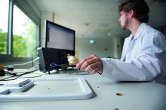 In der Abteilung Neue Technologien vermisst Elektrotechniker Patrick Hubert mit einer Nahfeldsonde das magnetische Feld einer Antenne. Die im Oszilloskop angezeigten Messdaten geben Aufschluss über die Charakteristik der Antenne (Quelle: Faubel)