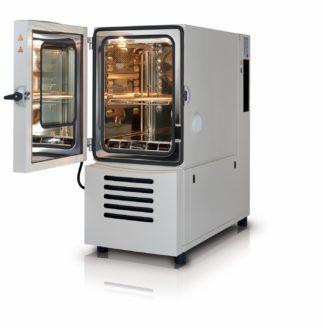 Mit dem neuen Klimaschrank kann Herpa print nun seine Produkte und Materialien auch unter extremen Klimabedingungen testen (Quelle: Weiss Technik)