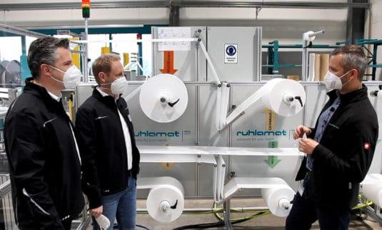 So entstehen FFP2-Masken: ruhlamat-Vertriebsleiter Erik Stegmann (rechts) erklärt´s den REA Kennzeichnungsprofis Frank Debusmann (links) und Daniel Wege (Quelle: REA)