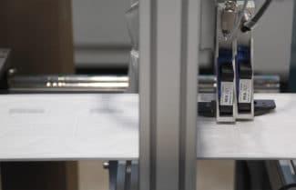 Mit zertifizierter Tinte beschriftet der REA JET HR Tintenstrahldrucker das Maskenvlies in der erforderlichen Qualität (Quelle: REA)