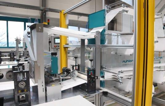 Produktion und Kennzeichnung von Masken Made in Germany: mit der Maschine von ruhlamat und Drucktechnologie von REA JET (Quelle: REA)