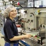 Julia Legotina (24) ist im ersten Ausbildungsjahr. Dass sie selbst täglich an den großen Druckmaschinen steht, konnte sie sich vorher gar nicht vorstellen (Quelle: Schreiner Group)