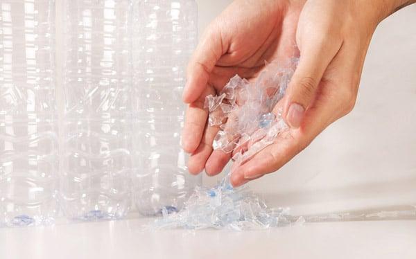 Mit dem neuen Wash-off Haftkleber 52W von Herma verschwindet der Klebstoff nicht nur von der PET-Flasche, sondern auch vom Etikett; das trägt dazu bei, ein besonders sauberes PET-Granulat zurückzugewinnen. (Quelle: katunes pcnok/shutterstock)