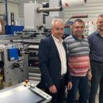 Bernd Prattl (Verkaufsleiter, DACH) von GEW mit Martin Chaluš, Inhaber von FlexON, und Daniel Mencl, Heidelberg. Das 20.000ste GEW UV-Härtungssystem ist in die erste in der Tschechischen Republik installierte Gallus Labelfire eingebaut (Quelle: GEW)