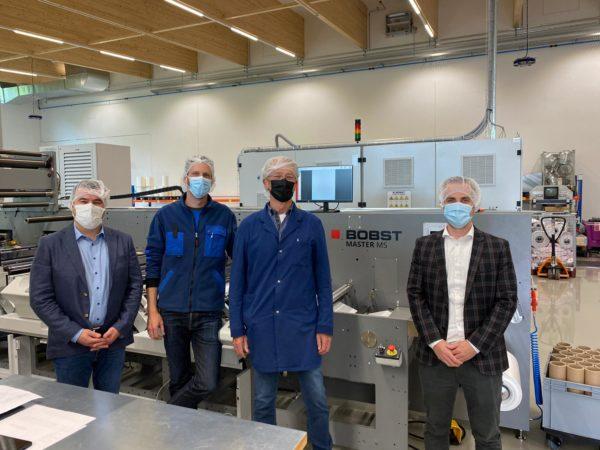 Vor der neuen Bobst MS bei Primcut (v.l.): Sandro Trenna (Graficon, Verkaufsleiter), Tobias Maienfisch (Primcut AG, GL), Jürg Maienfisch (Primcut AG, GL), Dominik Heiniger (Graficon, CEO) (Quelle: Graficon)