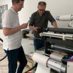 Paul Arndt, Geschäftsführer PrintsPaul (r.) und Christoph Stadlmann, Geschäftsführer G'sunder Drucker, beim Aufbau und der Schulung zum Brotech TDL (Quelle: Prints Paul)