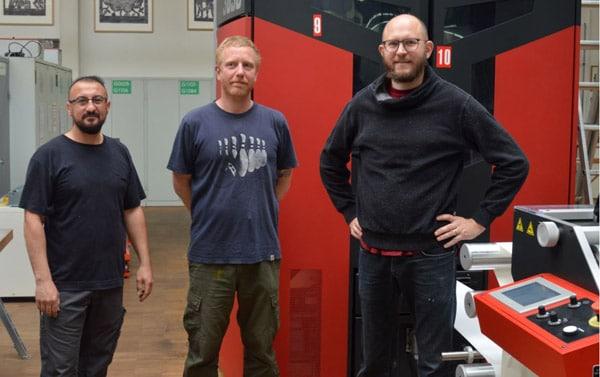 V.l.: Die Etikettendrucker Sakir Oztas und Helmut Langer sowie Labelwerk-Geschäftsführer Jens Hermann an der Xeikon 3030 REX (Quelle: Xeikon)