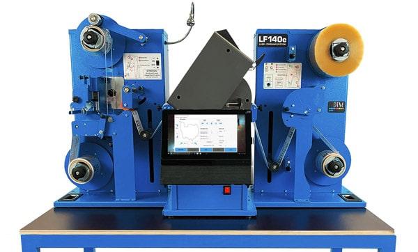 Der DTM LF140e ist ein Finisher für den Anschluss an kleinere Etikettendrucker und die Verarbeitung kleiner Auflagen mit vielseitigen Funktionen (Quelle: DTM)