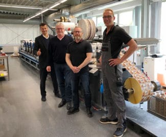 Von links nach rechts: Michael Koch von Heidelberg Deutschland, mit Eugen Kölling (Inhaber), Andreas Hansen (Produktionsleiter) und Stefan Bollens (Maschinenbediener) von HP-Etikettvor einer der beiden 2021 installierten Labelmaster (Quelle: Gallus Ferd. Rüesch AG)