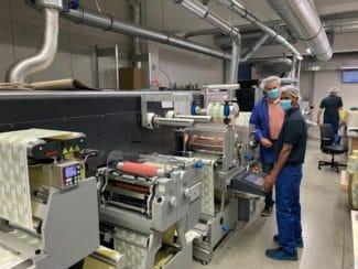 Bert Haenen, Geschäftsführer der Barthel Digitaldruck GmbH (i.) und Operator Ali Abdelyasol, hygienekonform an der neuen GM DC350Flex (Quelle: Nilpeter GmbH)