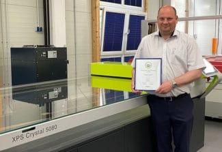Stichnothe-Geschäftsführer Dennis Melching mit der begehrten Esko-Zertifizierung (Quelle: Esko)