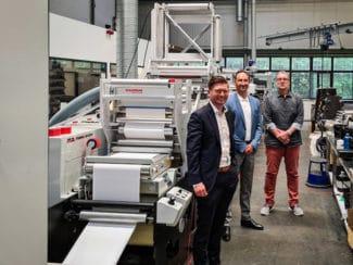Timo Donati, Mark Andy; Mischa Barthel, Barthel Gruppe und Andreas Puzik, ATB-Etiketten, vor einer der neuen Mark Andy Evolution (Quelle: Mark Andy)