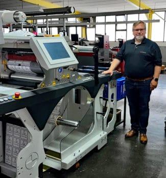 Dirk Handler, Geschäftsführer der Etikettenfabrik Erhard Küchler GmbH, vor der neuen Prati Saturn Futura (Quelle: Nilpeter GmbH)