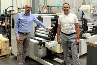 Mischa Barthel, Geschäftsführer der Barthel Gruppe (r.) und Thorsten Saathoff vor der neuen PRATI VegaPlus mit Turret (Quelle: Nilpeter GmbH)