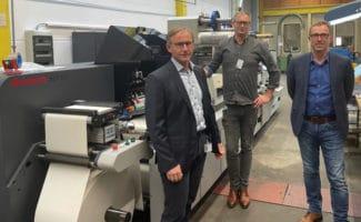 Dr. Harald Lossaum Schwarz Druck, Paul Arndt, PrintsPaul und Bernhard Rosenmüller, Schwarz Druck, vor der neuen Brotech SDF 330 (Quelle: PrintsPaul)