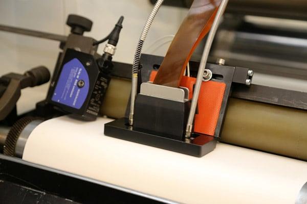 Mit dem von PrintsPaul selbst entwickelten Inkjet-Kopf für Farbe und Lack lassen sich Etiketten in vielfältiger Form veredeln (Quelle: Michael Scherhag)
