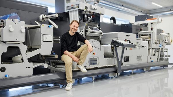 """Uffe Nielsen, CEO Grafisk Maskinfabrik, vor dem """"Flagship"""" der DC Baureihe (Quelle: GM)"""