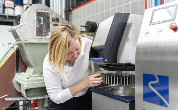 Prof. Zollner-Croll von der HM schließt die Spargelfasern mithilfe der Zellstoff-Mühle auf (Foto: Johanna Weber)