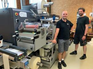 Sven Rauchfuss (li), Nilpeter GmbH, mit dem Bediener der neuen GMDC330Miniflex bei Nohnetiketten, Kay Wirthwein (Quelle: Nilpeter GmbH)