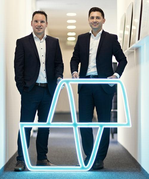 Daniel Sugg und Simon Reuter (geschäftsführende Gesellschafter) mit dem neuen Logo (Quelle: robos-label)