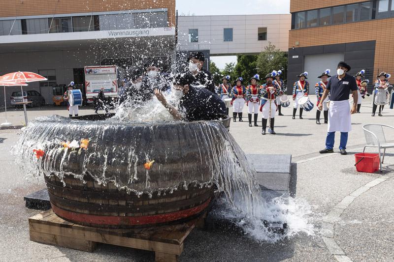 Bei fantastischem Wetter wurden die ausgelernten Azubis der Schreiner Group beim Gautschen symbolisch von den Sünden ihrer Lehrzeit reingewaschen (Quelle: Schreiner Group)