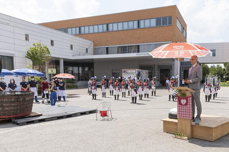 """Geschäftsführer Roland Schreiner begrüßte alle Gäste herzlich: """"Ich bin sehr froh, dass unsere traditionelle Gautschfeier heuer wieder stattfinden kann."""" (Quelle: Schreiner Group)"""