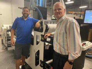 John Abbott (r.) und sein Produktionsleiter Daniel Campbell vor einer der neuen Rotoflex-Systeme (Quelle: Abbott Labels)